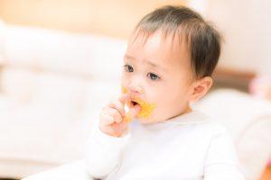 離乳食で遊ぶ赤ちゃん